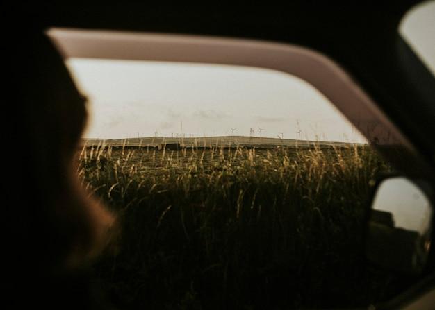 Persone in viaggio che passano davanti alla fattoria dei mulini a vento