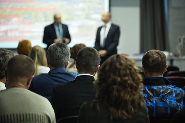 Persone in una stanza per un seminario, una riunione, una conferenza