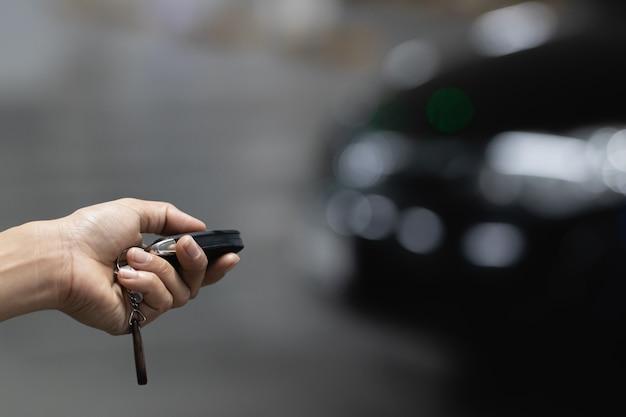 La mano della gente che tiene la chiave della macchina