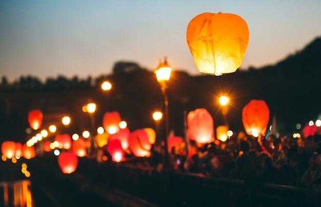 Persone al festival delle lanterne del cielo