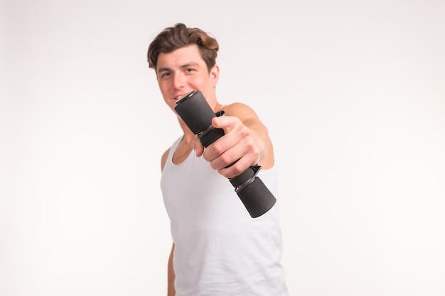 Concetto di persone, sport e fitness - uomo muscoloso sexy che tiene manubri su sfondo bianco.