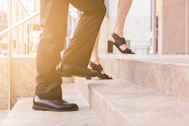 La gente che fa un passo sulle scale chiude la vista