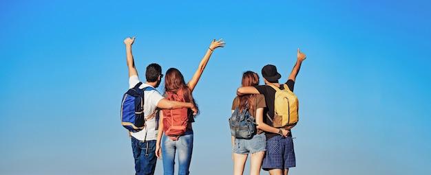 Persone in vacanza estiva e amicizia in viaggio e amano la libertà degli amici e il successo vista posteriore
