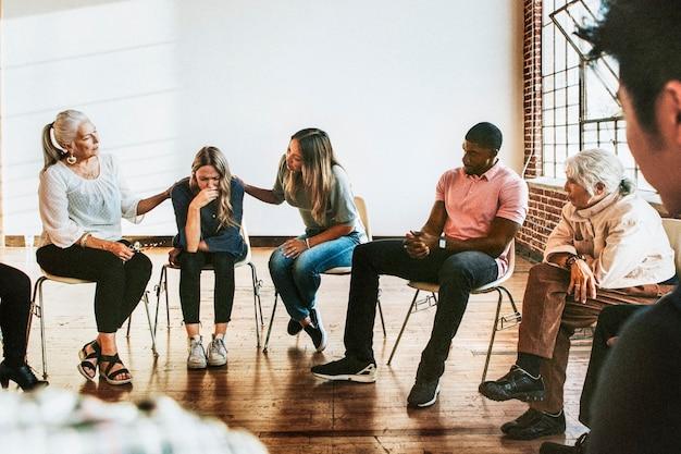 Le persone si sostengono a vicenda in una sessione di riabilitazione