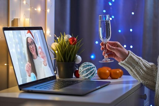 Persone che parlano online in videochiamata con zoom virtuale e bevono champagne