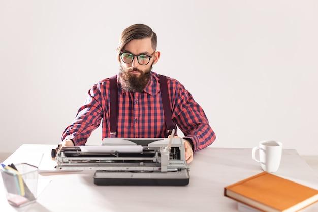 Persone e concetto di tecnologia - ritratto di scrittore che lavora alla macchina da scrivere