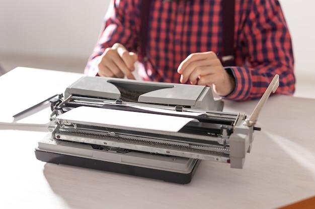 Persone e concetto di tecnologia ritratto di scrittore che lavora alla macchina da scrivere