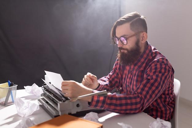 Persone e concetto di tecnologia - giornata mondiale dello scrittore, bell'uomo con gli occhiali, vestito di plaid