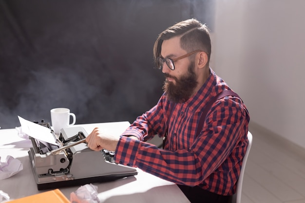 Scrittore di concetti di persone e tecnologia circondato da frammenti di carta incentrati sul lavoro