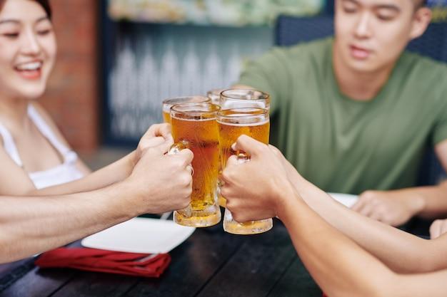 Persone che tostano con la birra