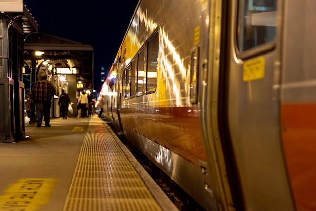 Le persone nella stazione ferroviaria di notte Foto Premium