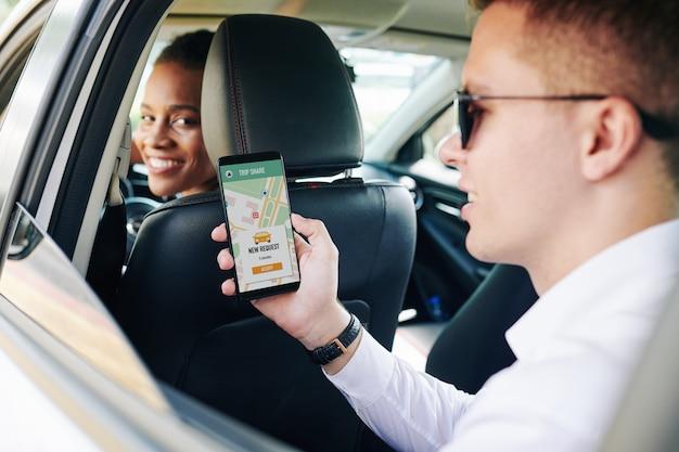 Persone che utilizzano il car sharing