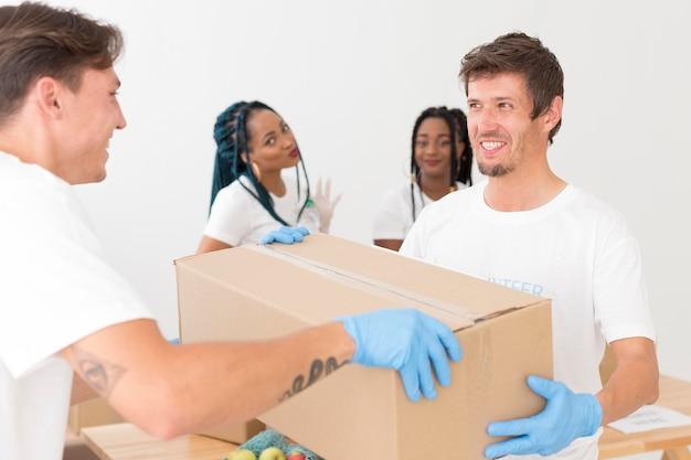 Persone che fanno volontariato insieme per donazioni a favore dei poveri