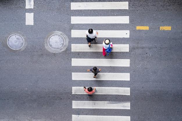 La gente cammina per strada in città sulla strada pedonale del passaggio pedonale