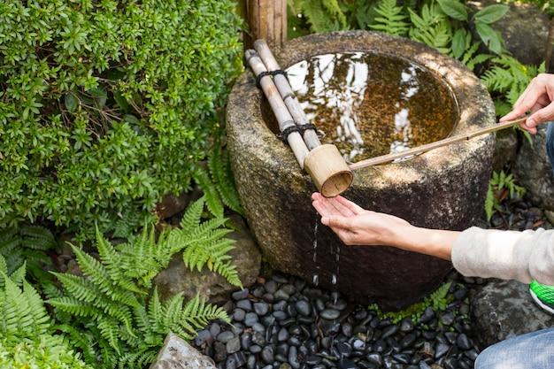 La gente che lava la mano