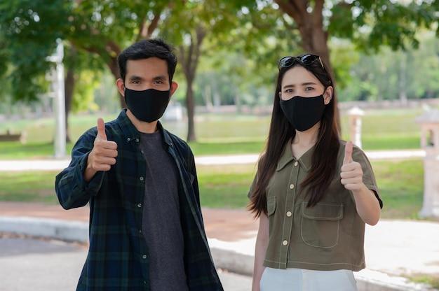 Le persone indossano una maschera per il viso mantengono le distanze sociali proteggono il coronavirus covid19