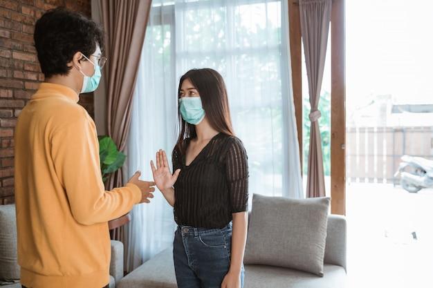 Le persone che indossano maschere per il viso durante l'epidemia