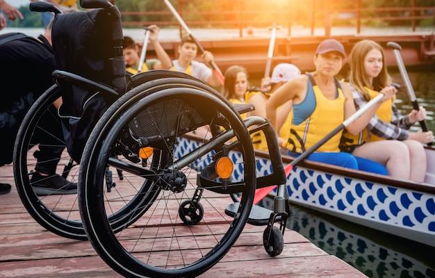 Le persone con disabilità navigano su una barca a remi.