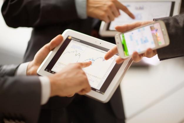 Persone che lavorano con computer tablet.