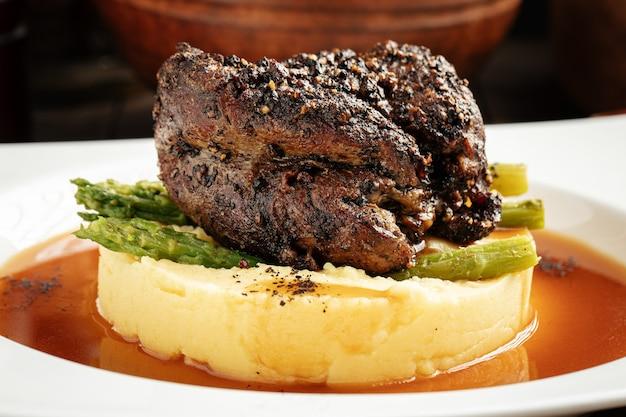 Bistecca al pepe con purè di patate e asparagi