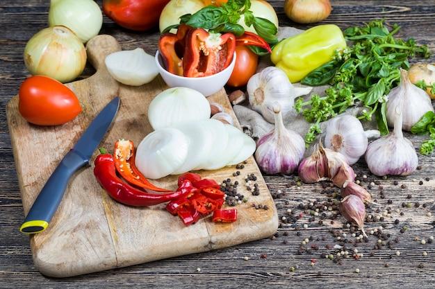 Pepe, zucchine, aglio e altre verdure e spezie per cucinare e salse