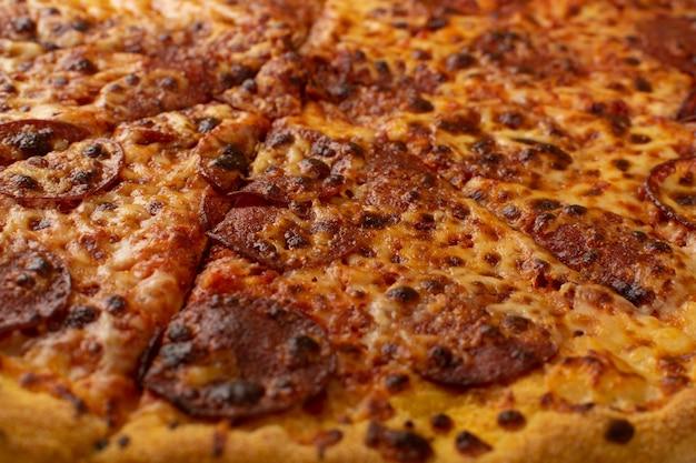 Peperoni o pizza diabola con salame, peperoncino e mozzarella isolato. flatbread italiano tradizionale vista dall'alto