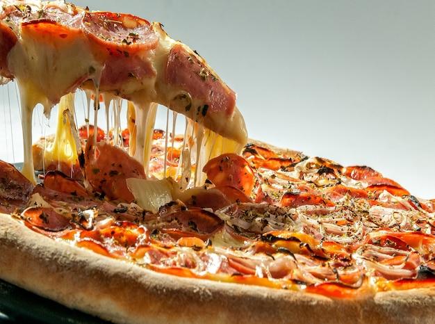 Pizza ai peperoni isolata su bianco