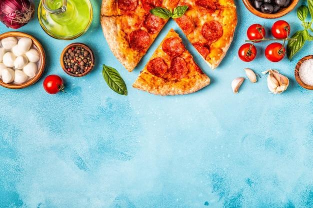 Pizza ai peperoni con ingredienti