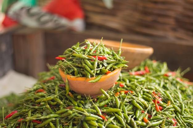 Peperoni in vendita in una fiera popolare.