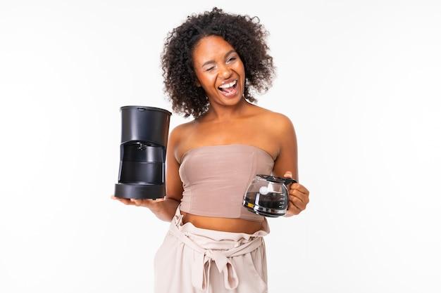 Peppy donna africana in abiti estivi con macchina per il caffè, immagine isolata su sfondo bianco.