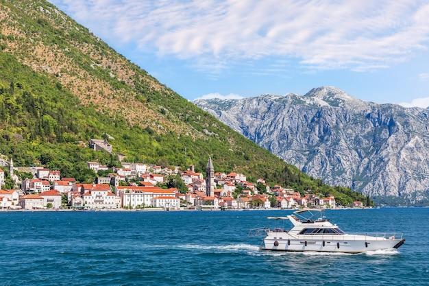 Città vecchia di perast, vista dalla baia di kotor in montenegro.