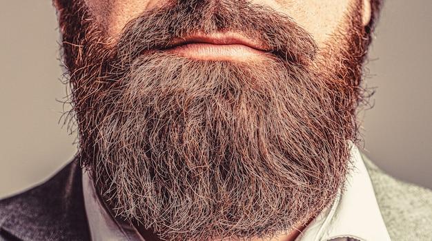 Barba perfetta. primo piano di giovane uomo barbuto. chiuda in su del maschio elegante hipster bella barba.