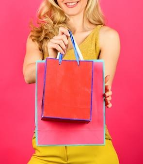 Giorno perfetto. concetto di vendita di liquidazione. vendita e sconto. ragazza shopping online. donna prepararsi per le vacanze. risparmio sugli acquisti. signora sexy con le borse. acquisto perfetto. dopo aver fatto acquisti di successo.
