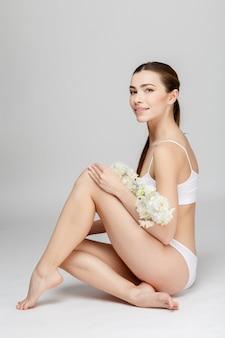 Gambe femminili perfette su grigio