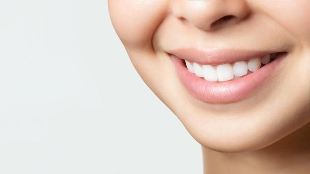 Sorriso di denti sani perfetti di una giovane donna asiatica. sbiancamento dei denti. paziente di clinica odontoiatrica. immagine