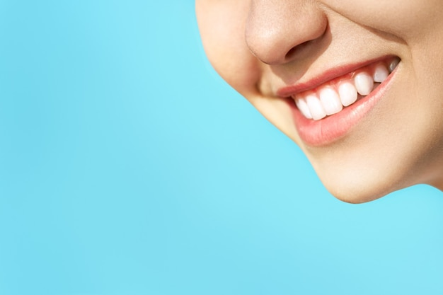 Sorriso di denti sani perfetti di una giovane donna. sbiancamento dei denti. paziente di clinica odontoiatrica. concetto di stomatologia.