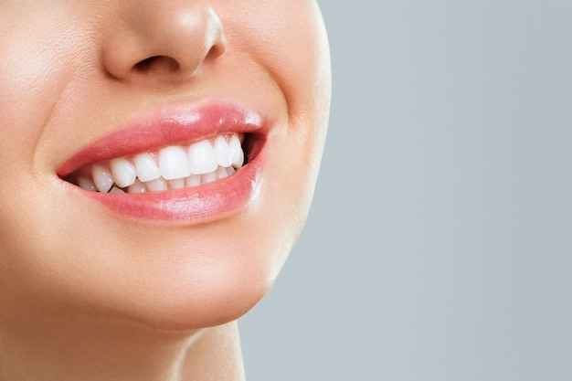 Sorriso di denti sani perfetti di una giovane donna. sbiancamento dei denti. concetto di stomatologia.