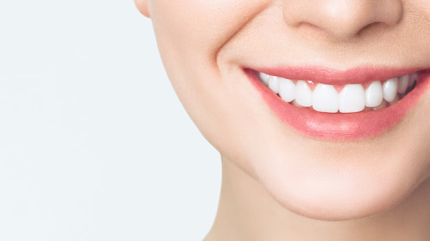 Sorriso di denti sani perfetti di una giovane donna.