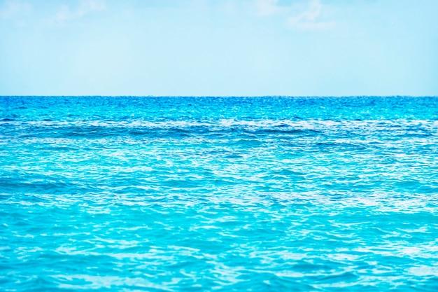 Una linea d'orizzonte perfetta tra l'acqua del mare turchese e il cielo blu. caraibico,