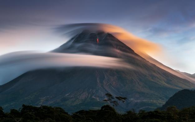 Cielo lenticolare perfetto con vulcano di lava, montagna di merapi indonesia yogyakarta 2