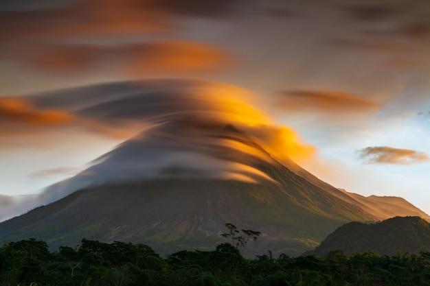 Cielo lenticolare perfetto con vulcano di lava, montagna di merapi indonesia yogyakarta