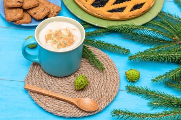 Caffè mattutino perfetto con vaniglia, torta e biscotti per una mattinata di festa.