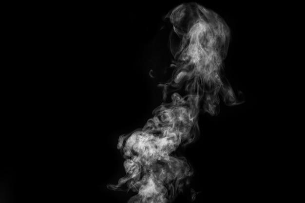 Vapore bianco riccio mistico perfetto o fumo isolato su priorità bassa nera. nebbia o smog di sfondo astratto, elemento di design, layout per collage.