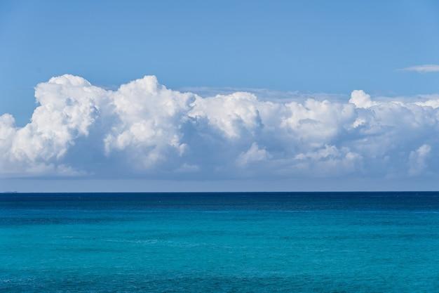Cielo perfetto con nuvole e acqua del concetto di sfondo del mare