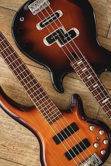 Vista dall'alto del suono perfetto delle diverse chitarre elettriche che si trovano l'una accanto all'altra contro