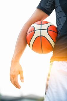Prestazione di un giocatore di basket bianco nel campo della strada