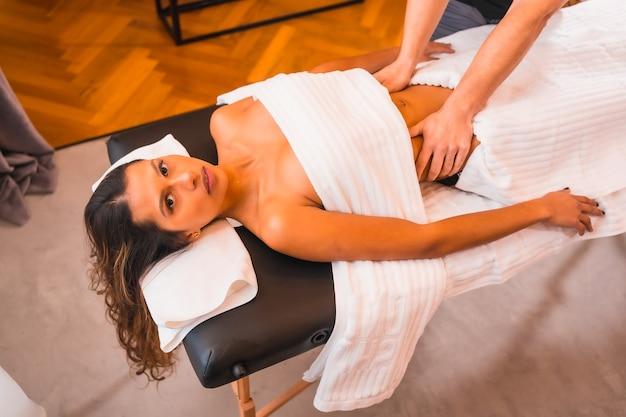 Eseguire un massaggio addominale a casa del cliente
