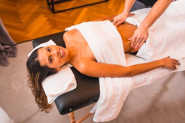 Eseguendo un massaggio a casa della cliente bruna