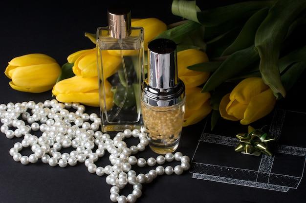 Bottiglia di profumo e bouquet di tulipani