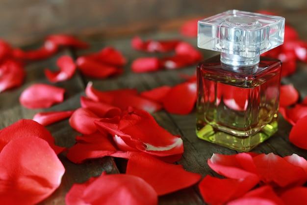 Bottiglia di profumo e petali